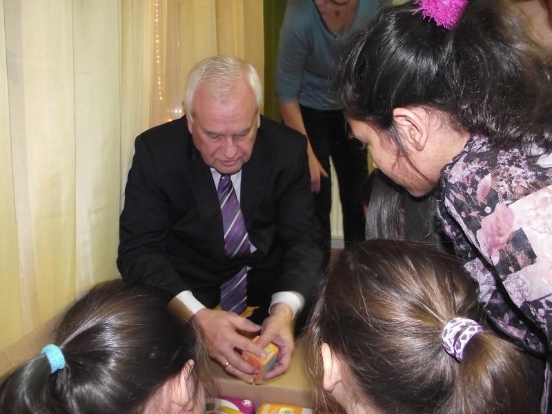 Harrach Péter a KDNP frakció nevében karácsonyi ajándékot nyújtott át egy budai anyaotthon lakóinak