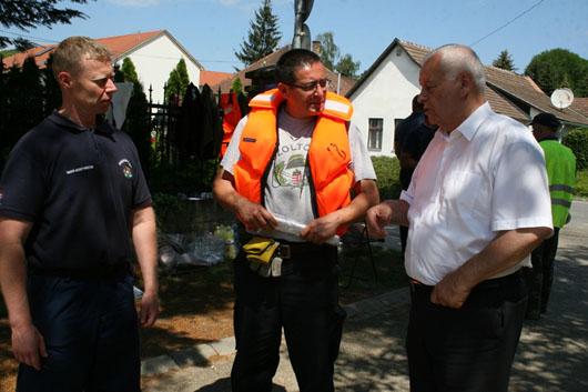 Harrach Péter Nagymaroson és Kismaroson tájékozódott az árvízi helyzetrõl