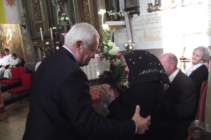 Harrach Péter köszöntötte Kemencén a választókerület legidõsebb asszonyát, a 100 éves Sági Istvánnét, Franciska nénit